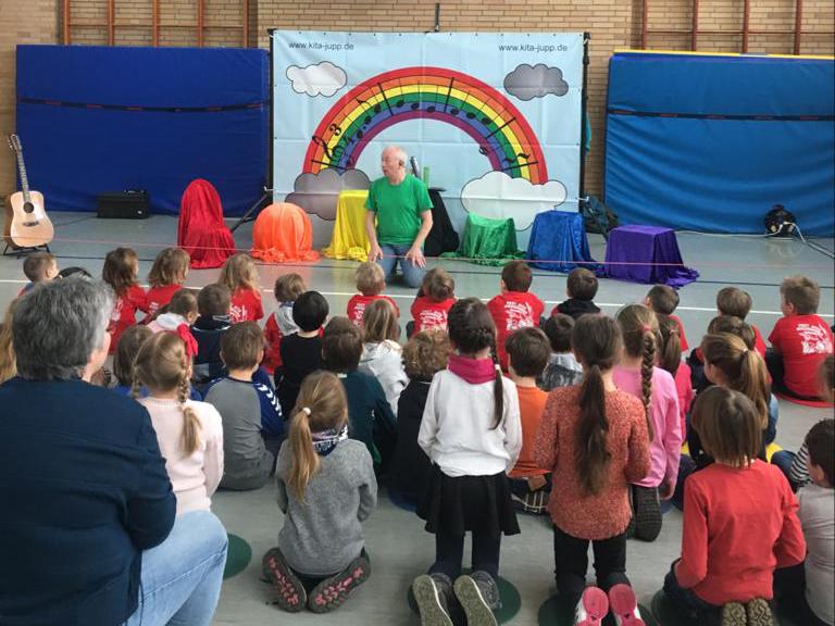 Jupp Simon der Liedermacher zu Gast in der Grundschule Sechsmorgen in Zweibrücken